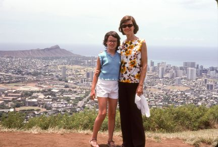 1977 Hawaii - Susan and Mary Louise in Honolulu