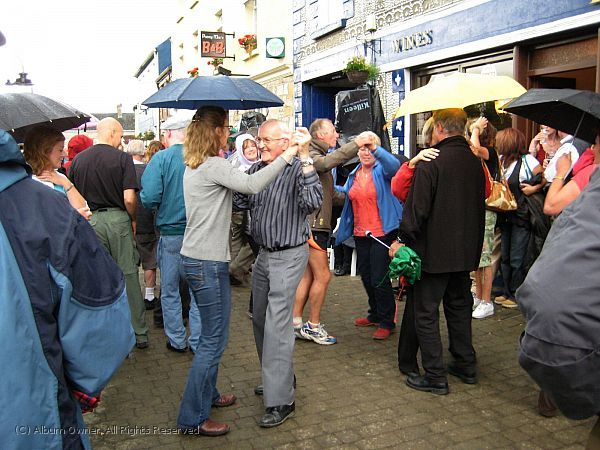 20090725 Ireland - Drumshanbo dancing on the High Street 03_001.jpg