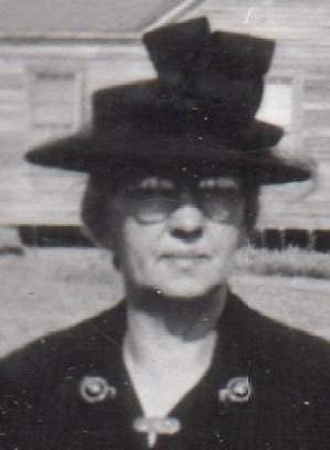 Aunt Stella Broadwell at Narcissa Braswell's grave after burial 1945.jpg
